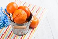 Schließen Sie oben von den frischen Klementinen in einem Zinneimer stockbilder