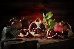 Schließen Sie oben von den frischen reifen Granatäpfeln stockfoto