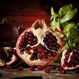 Schließen Sie oben von den frischen reifen Granatäpfeln lizenzfreie stockfotos