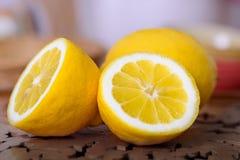 Schließen Sie oben von den gelben reifen Zitronen Stockbild