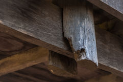 Schließen Sie oben von den gemeinsamen alten hölzernen Pfosten am Holzhaus lizenzfreie stockfotografie