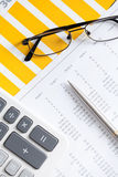 Schließen Sie oben von den Geschäftsdokumenten und den Gläsern Stockbilder