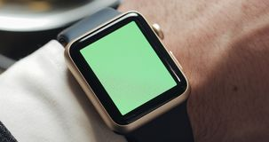 Schließen Sie oben von den Geschäftsmannhänden mit smartwatch grünem Schirm-Farbenreinheitsschlüssel Energie an, Bewegung klopfen stock video