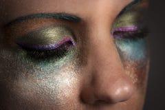 Schließen Sie oben von den geschlossenen Augen der Frau mit buntem Make-up Stockfotos