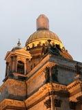 Schließen Sie oben von den Gesimsdetails über ` s St. Isaac Kathedrale, St Petersburg, Russland Stockfotos