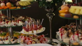 Schließen Sie oben von den Gläsern und von Gästen, die Lebensmittel von einer Tabelle nehmen stock video footage