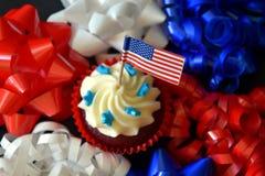 Schließen Sie oben von den glasig-glänzenden kleinen Kuchen oder von Muffins, die mit ameri verziert werden Stockfotografie