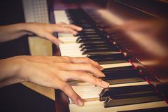 Schließen Sie oben von den Händen der jungen Mädchen und Klavier spielen Weinleseton filte Lizenzfreie Stockfotografie