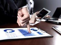 Schließen Sie oben von den Händen der Managerdiskussion Lizenzfreies Stockbild