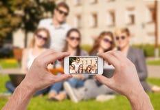 Schließen Sie oben von den Händen, die Bild von der Gruppe Teenager machen Lizenzfreie Stockfotografie