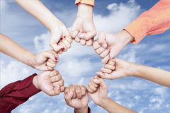 Hände der Einheit im Freien