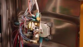 Schließen Sie oben von den Händen, die zu Hause Spülmaschine reparieren stock video footage