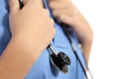 Schließen Sie oben von den Händen einer Krankenschwester mit Stethoskop Stockbild