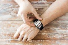 Schließen Sie oben von den Händen mit Blog auf intelligentem Uhrschirm Stockbilder