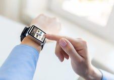 Schließen Sie oben von den Händen mit Blog auf intelligentem Uhrschirm Lizenzfreie Stockfotografie