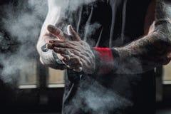 Schließen Sie oben von den Händen mit der Kreide, die zum Trainieren bereit ist lizenzfreies stockfoto