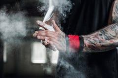 Schließen Sie oben von den Händen mit der Kreide, die zum Trainieren bereit ist lizenzfreie stockfotos