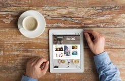 Schließen Sie oben von den Händen mit Internet-Blog auf Tabletten-PC Lizenzfreie Stockbilder
