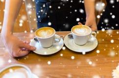 Barista Latte Kaffeeglas Mit Anmerkung Des Guten Morgens Stockfoto