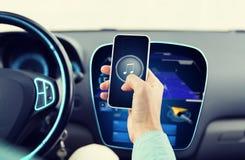 Schließen Sie oben von den Händen mit Musikikone auf Smartphone Stockfoto