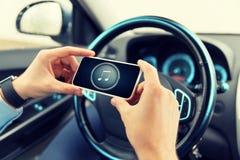 Schließen Sie oben von den Händen mit Musikikone auf Smartphone Stockbild