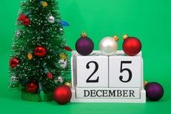 Schließen Sie oben von den hölzernen Blöcken mit Datum am 25. Dezember Weihnachten Stockfotografie