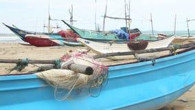 Schließen Sie oben von den hölzernen Fischerbooten und von den Netzen auf Strand in Weligama, Sri Lanka stock video