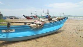 Schließen Sie oben von den hölzernen Fischerbooten und von den Netzen auf Strand in Weligama, Sri Lanka stock video footage