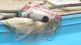 Schließen Sie oben von den hölzernen Fischerbooten und von den Netzen auf Strand in Weligama, Sri Lanka stock footage
