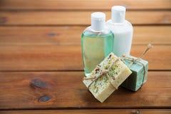 Schließen Sie oben von den handgemachten Stück Seifen und von den Lotionen auf Holz Stockfoto