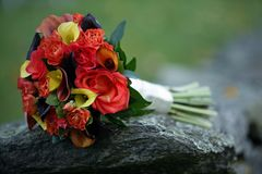 Schließen Sie oben von den Hochzeitsblumenstrauß-Orangenlilien Stockfoto