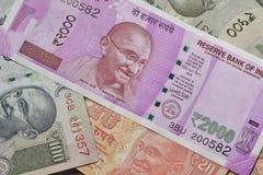 Schließen Sie oben von den indischen Währungen, die im Studio geschossen werden Stockfotografie