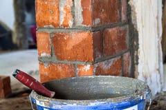 Schließen Sie oben von den industriellen Installierungsziegelsteinen der Maurerarbeit auf construc Stockfotos