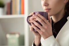 Schließen Sie oben von den jungen Schönheitshänden, die heiße Schale coffe halten Lizenzfreie Stockfotografie