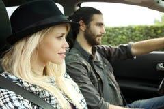 Schließen Sie oben von den kühlen Paaren im Auto bei Sonnenuntergang lizenzfreies stockbild