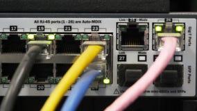 Schließen Sie oben von den Kabeln und von den Lichtern auf einem Server stock video footage
