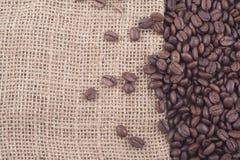Schließen Sie oben von den Kaffeebohnen auf Jutefaser Stockfoto