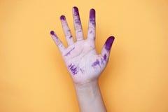 Schließen Sie oben von den Kinderhänden, die mit Aquarellen gemalt werden stockfoto