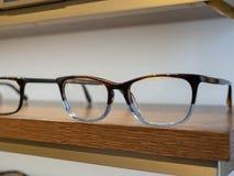 Schließen Sie oben von den klaren und braunen Gläsern auf Anzeige in einem Ausstellungsraum lizenzfreies stockbild
