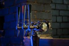 Schließen Sie oben von den klassischen Hähnen des kalten Bieres in der Bar lizenzfreies stockfoto