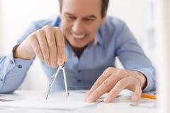 Schließen Sie oben von den Kompasssen in den Händen des Berufsingenieurs Lizenzfreie Stockbilder