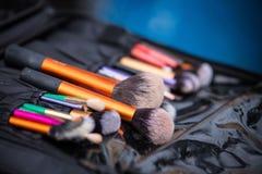 Schließen Sie oben von den kosmetischen Bürsten lizenzfreie stockfotografie