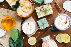 Schließen Sie oben von den kosmetischen Produkten der Körperpflege auf Holz Stockbild