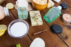 Schließen Sie oben von den kosmetischen Produkten der Körperpflege auf Holz Lizenzfreie Stockbilder