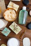 Schließen Sie oben von den kosmetischen Produkten der Körperpflege auf Holz Stockfotografie