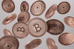 Schließen Sie oben von den kupfernen bitcoins, die in die Luft als Beispiel für blockchain und Schlüssel-währungskonzept geworfen Stockbilder