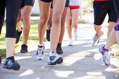 Schließen Sie oben von den Läufer-Füßen auf Vorstadtstraße Stockfotografie