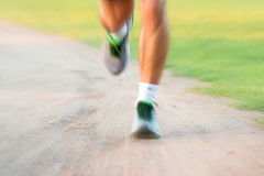 Schließen Sie oben von den Läuferbeinen in einem Park Stockfotos