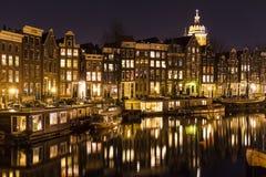 Schließen Sie oben von den lebenden Häusern, die in einem Kanal in Amsterdam sich reflektieren Stockbild