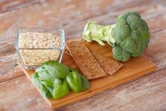 Schließen Sie oben von den Lebensmittelreichen in der Faser auf Holztisch Stockfotografie